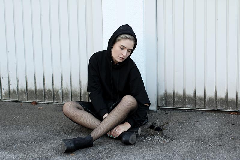 ootd-Sunday Soultalk-Sassyclassy-Mesh Tights-Netzstrumpfhose-Leather-Look-Modeblog-Fashionblog-Style-Trend-Kolumne