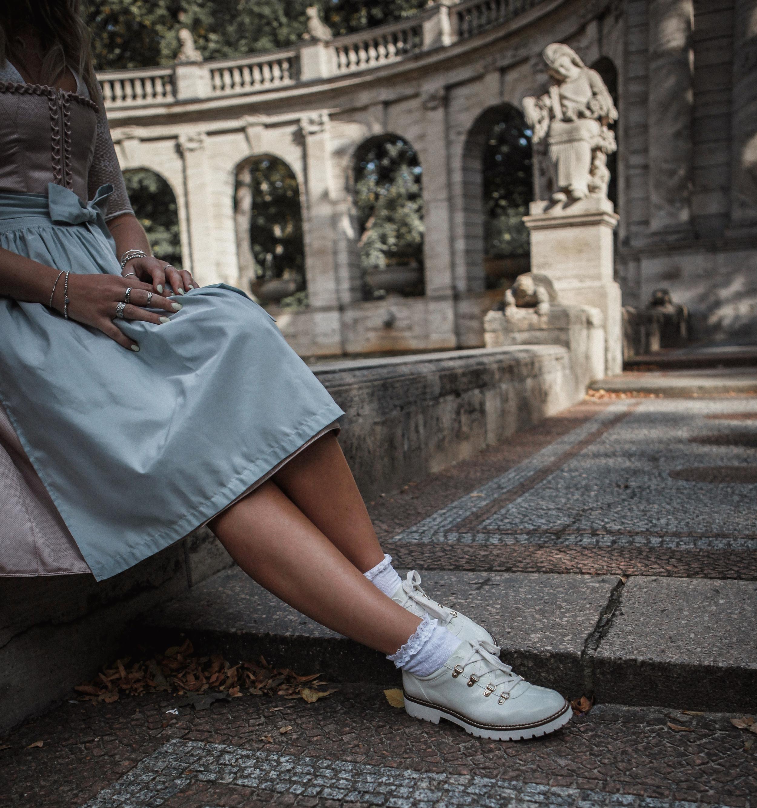 Lauralamode Blogger Dirndl Tracht Trachten Dirndl Know How Dirndl Trend 2019 Ludwig Und Therese Wiesn Dirndl Style Oktoberfest Munich Berlin Fashion Dirndlfrisur Wiesnfrisur Dirndl Inspiration